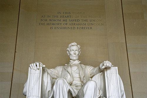 リンカーンの銅像写真