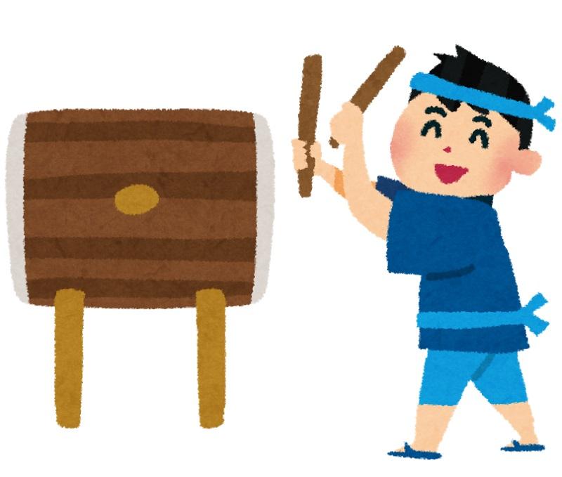 太鼓を楽しいそうに叩く少年